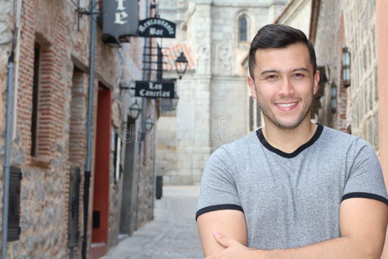 Южный - американский молодой человек усмехаясь outdoors стоковое изображение