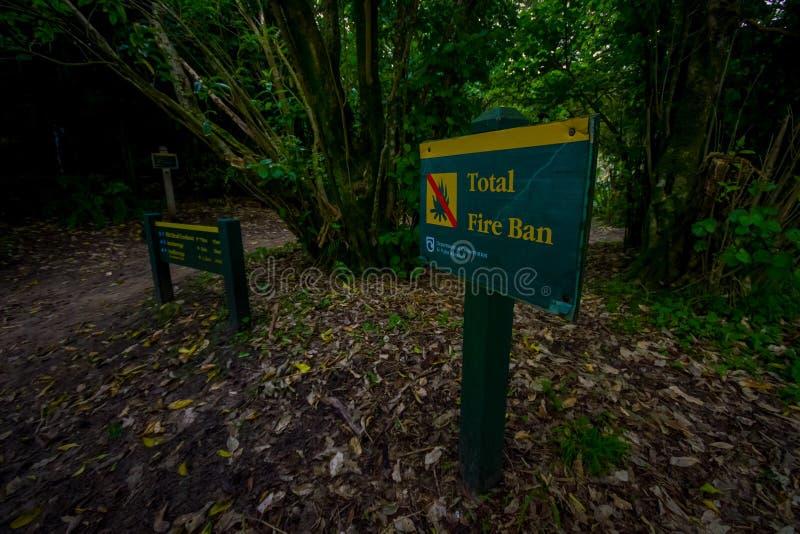 ЮЖНЫЙ ОСТРОВ, НОВАЯ ЗЕЛАНДИЯ 22-ОЕ МАЯ 2017: Информативный знак внутри леса о национальном парке Abel Tasman обнаруженном местона стоковое фото