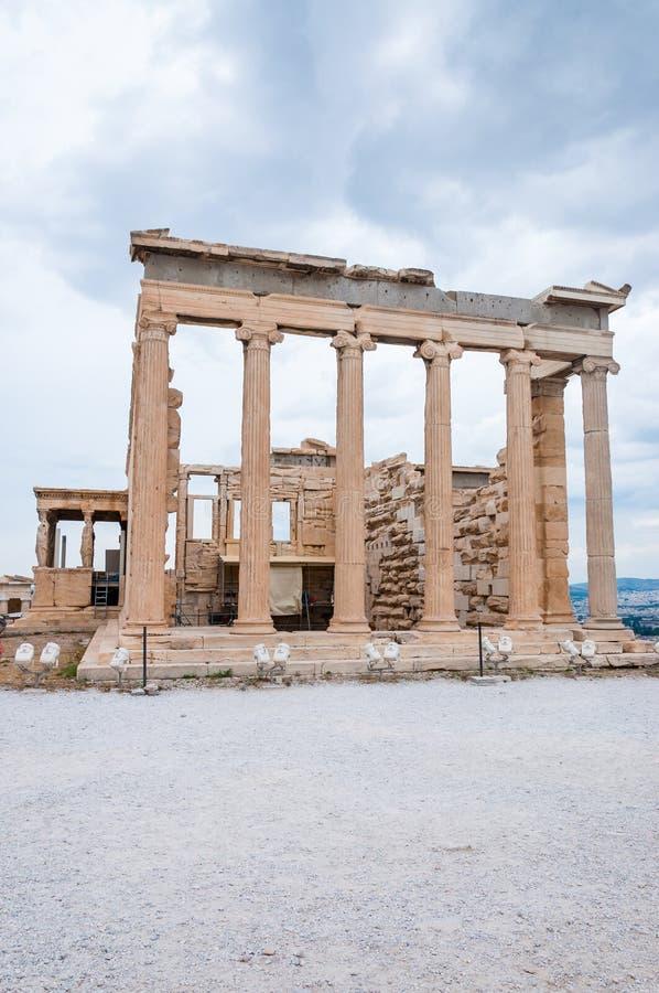 Южный фасад виска Erechtheion или Erechtheum удостаивая Афины & Poseidon на холме акрополя с крылечком с 6 кариатидами стоковые фотографии rf