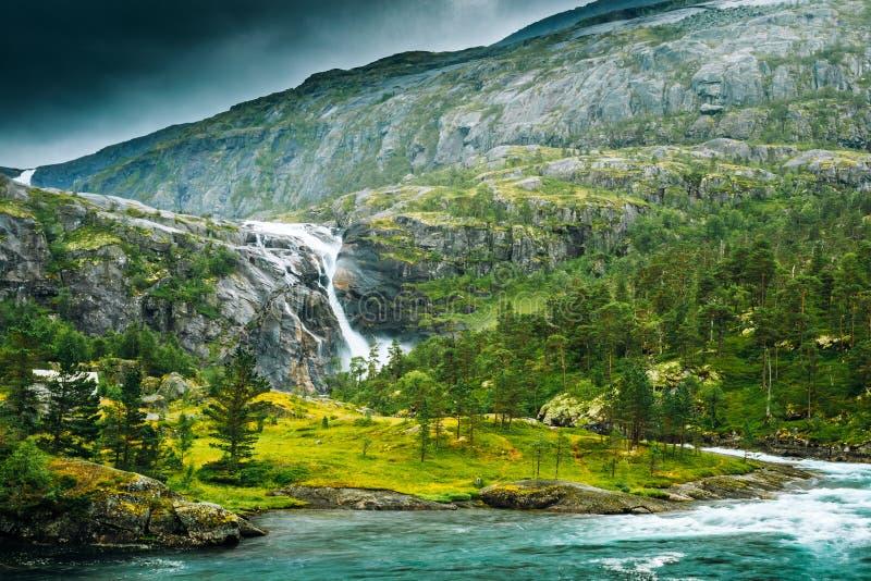 Южный фьорд, Норвегия Гигантский водопад в долине водопадов Водопады Husedalen стоковые изображения
