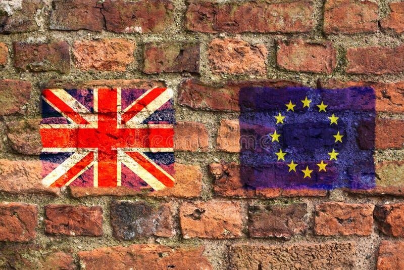 Юнион Джек Великобритании и флаги Европейского союза на кирпичной стене стоковое фото rf