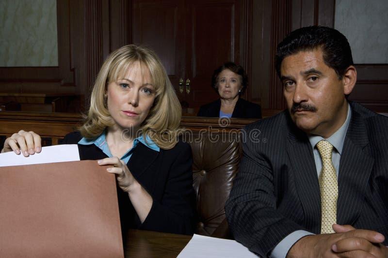 Юристы в зале судебных заседаний стоковые фотографии rf