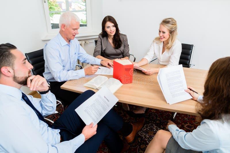 Юристы в документах и согласованиях чтения юридической фирмы стоковое изображение rf