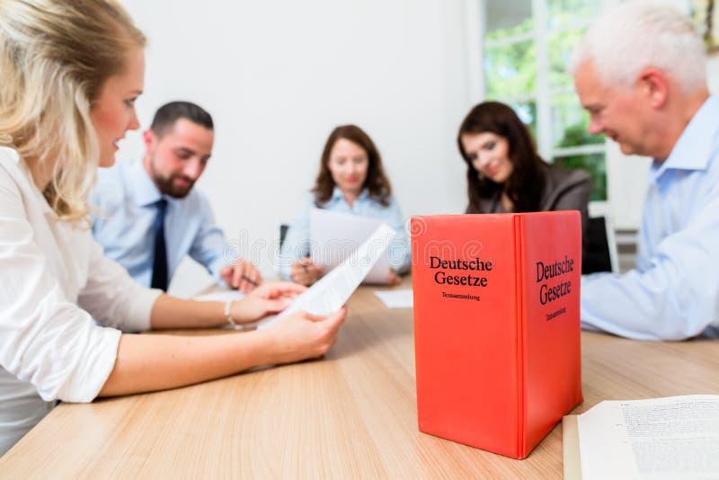 Юристы в согласовании встречи обсуждая стоковое изображение rf
