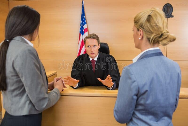 Юристы говоря с судьей стоковое изображение