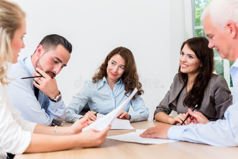 Юристы имея встречу команды в юридической фирме стоковое фото rf