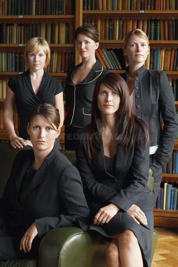 Юристы стоя совместно в библиотеке стоковая фотография rf