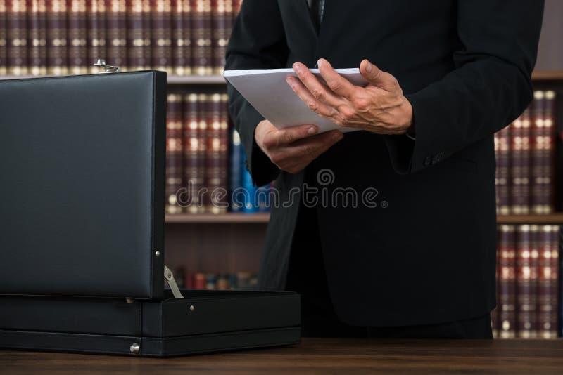 Юрист держа документы в портфеле в офисе стоковые фотографии rf