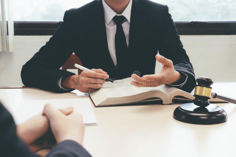 Юрист и юрист имея встречу команды на юридической фирме стоковые фото
