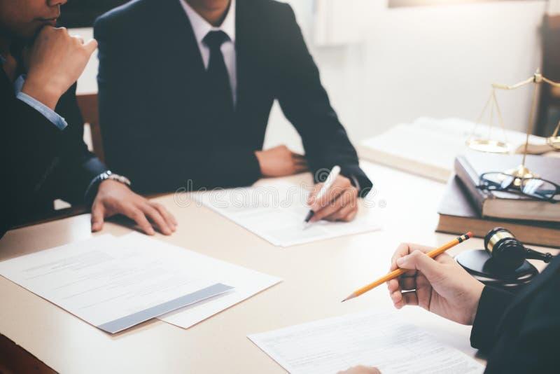 Юрист и юрист имея встречу команды на юридической фирме стоковое фото rf
