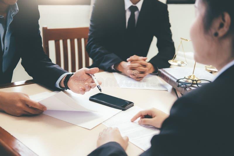 Юрист и юрист имея встречу команды на юридической фирме стоковые изображения rf