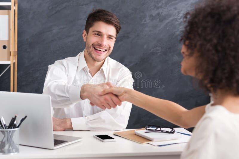 Юрист и клиент тряся руки после подписания контракта стоковое фото rf