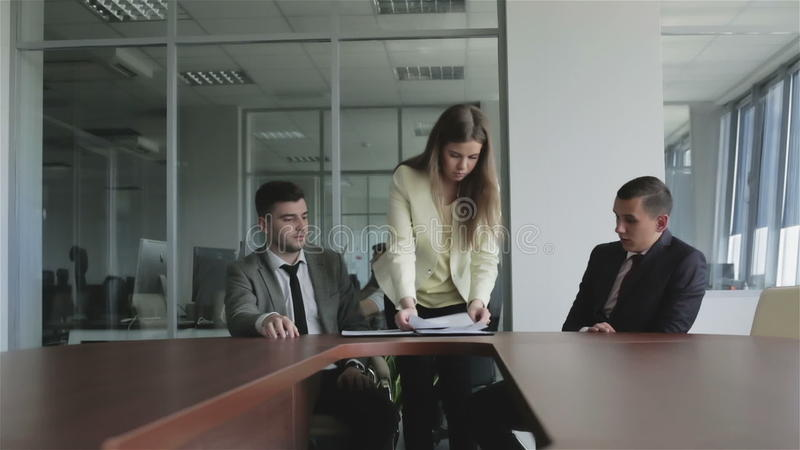 Юрист молодой женщины кладя подписанные документы в черную папку акции видеоматериалы