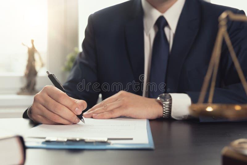 Юрист работая с документами постамент правосудия принципиальной схемы 3d золотистый представляет маштаб стоковые фото