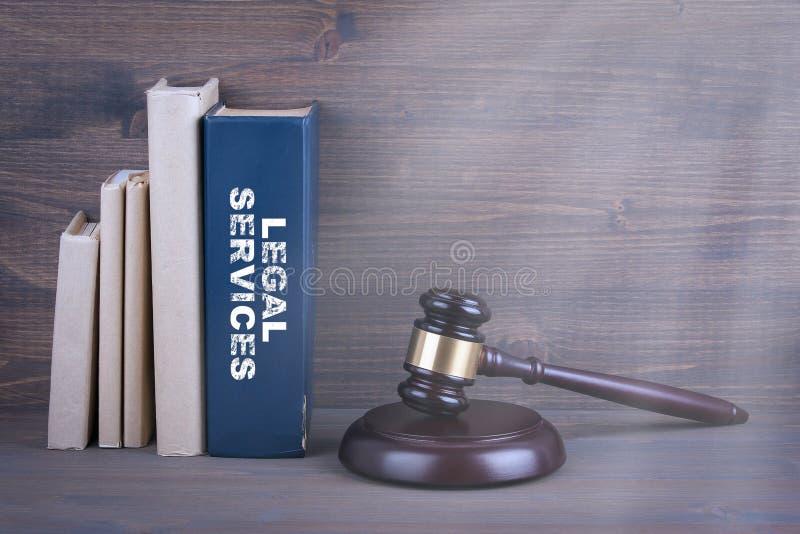 Юридические услуги Деревянные молоток и книги в предпосылке Концепция закона и правосудия стоковое фото
