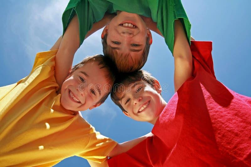 ютиться 3 мальчиков стоковое фото