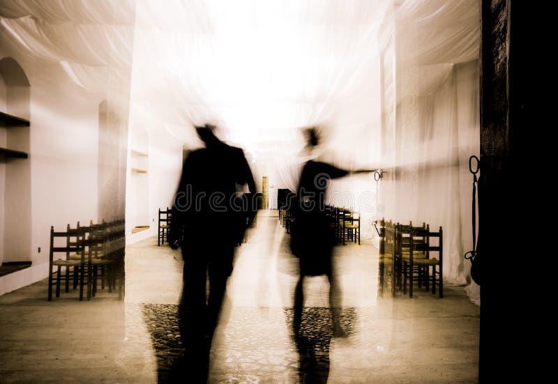 2 люд в заднем свете приходя вне стоковая фотография rf