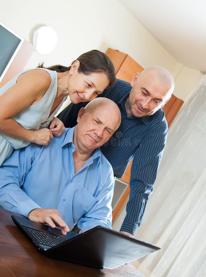 Download 2 люд и женщина дома онлайн Стоковое Изображение - изображение насчитывающей консультации, возмужало: 37925741