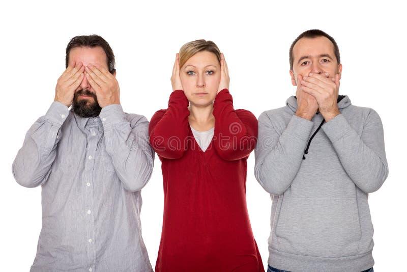 2 люд и женщина показывают 3 мудрых обезьян стоковая фотография