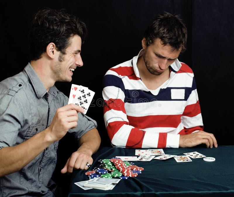люди играя детенышей покера стоковая фотография rf