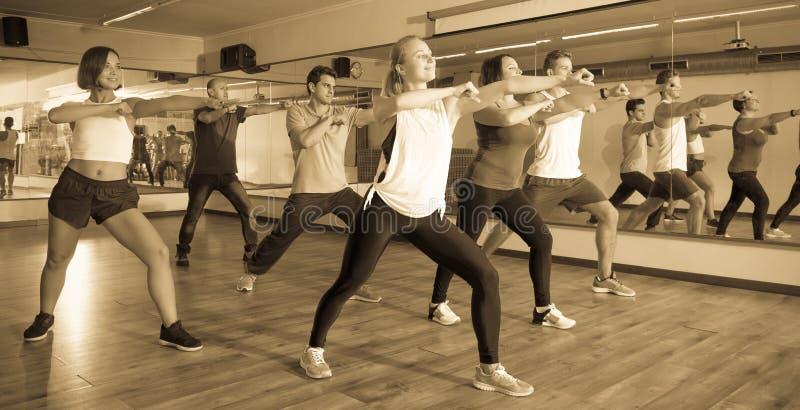 люди и дамы танцуя zumba стоковые фотографии rf