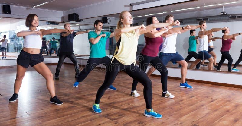 люди и дамы танцуя zumba стоковая фотография rf