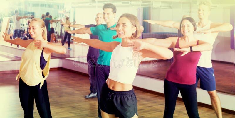 люди и дамы танцуя zumba стоковое фото