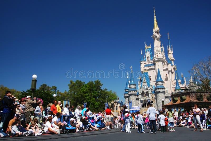люди на на волшебном замке королевства мира Дисней стоковая фотография
