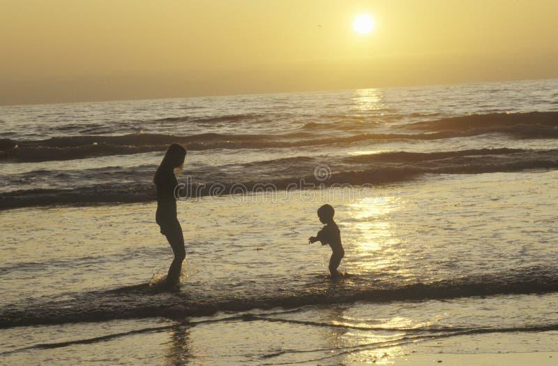 люди на пляже на заходе солнца, северном Сан-Диего, CA стоковое фото