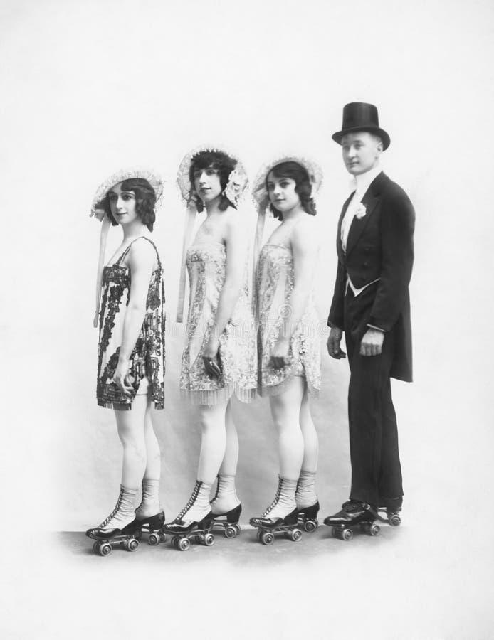 4 люд на ролик-коньках стоя в линии (все показанные люди более длинные живущие и никакое имущество не существует Warran поставщик стоковые фото