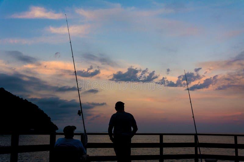 2 люд удя во время захода солнца стоковая фотография