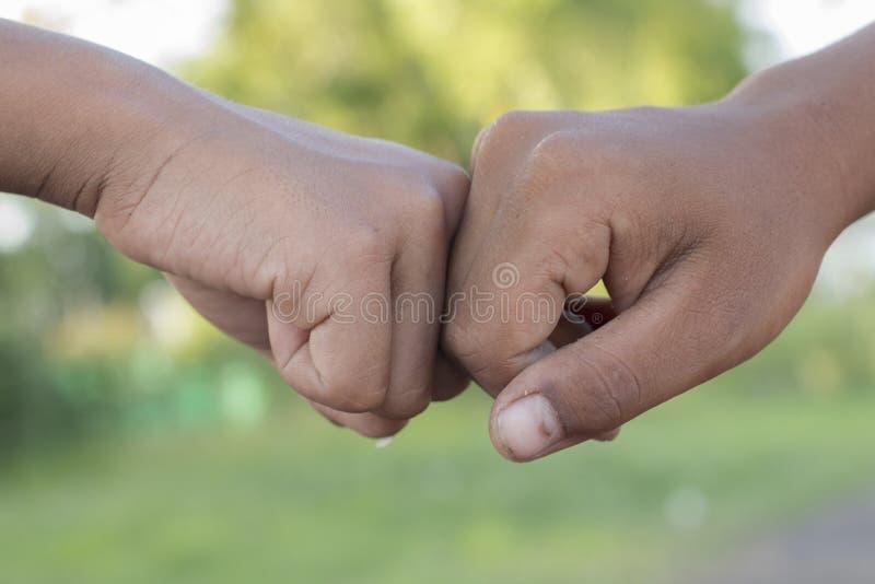 2 люд bumping кулаки стоковая фотография rf