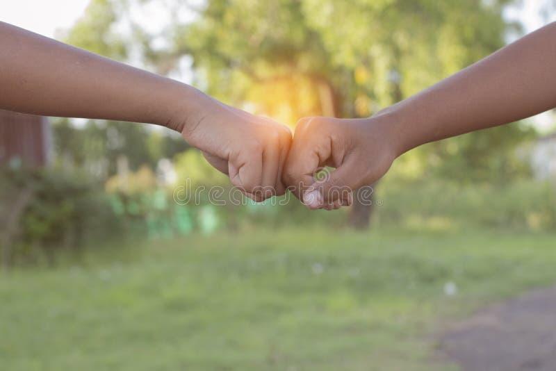 2 люд bumping кулаки стоковое фото rf