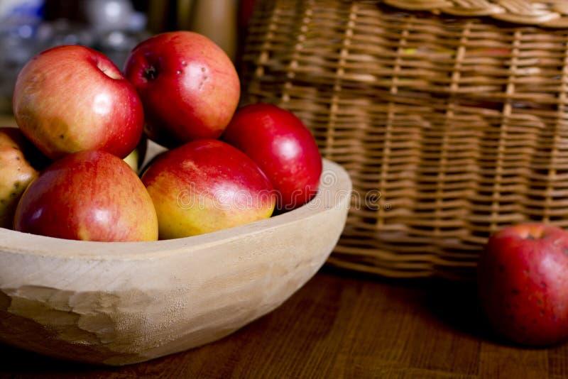 яблоки готовят деревянное стоковые изображения