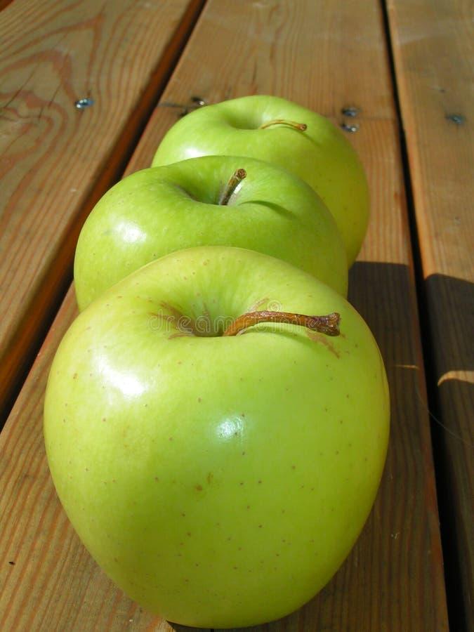яблоки деревянные стоковое фото