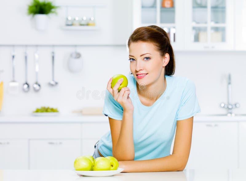яблоки есть детенышей женщины стоковое изображение rf