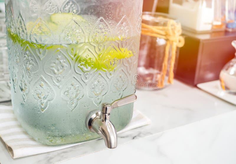 Яблоки зеленого цвета воды холодного напитка Freshy стоковая фотография rf