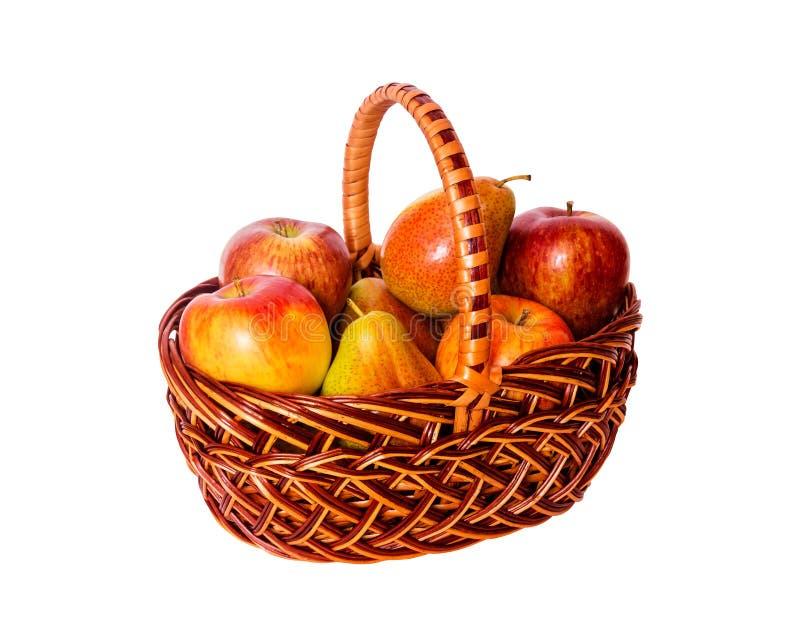 Яблоки и груши в корзине изолированной на белой предпосылке стоковые фото