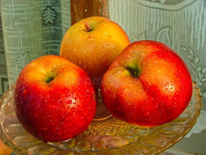 Яблоки на диске стоковая фотография