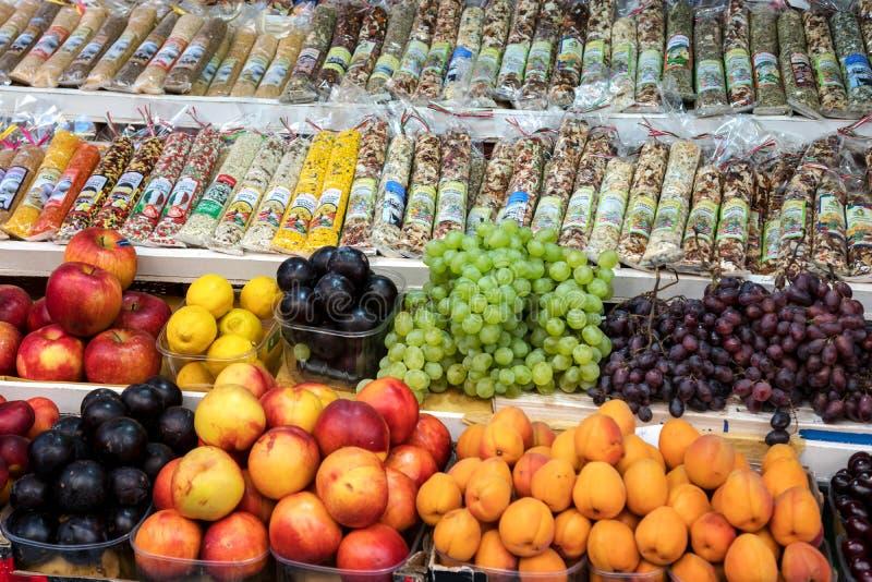 Яблоки фруктов, персики, виноград, абрикосы, сливы и специи на столешнике стоковое изображение rf