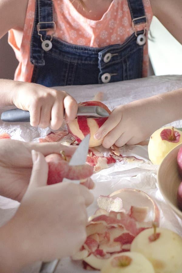 Яблоки шелушения на кухонном столе стоковое фото rf