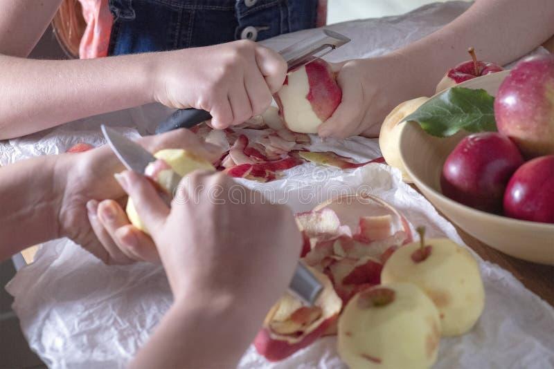 Яблоки шелушения совместно будут матерью и дочь стоковое фото rf