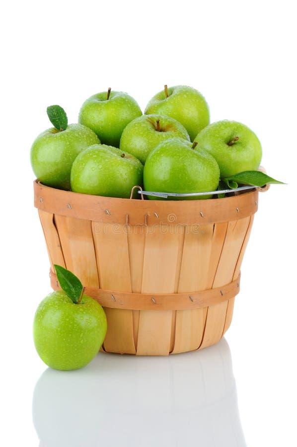 Яблоки Smith бабушки в корзине стоковые изображения rf