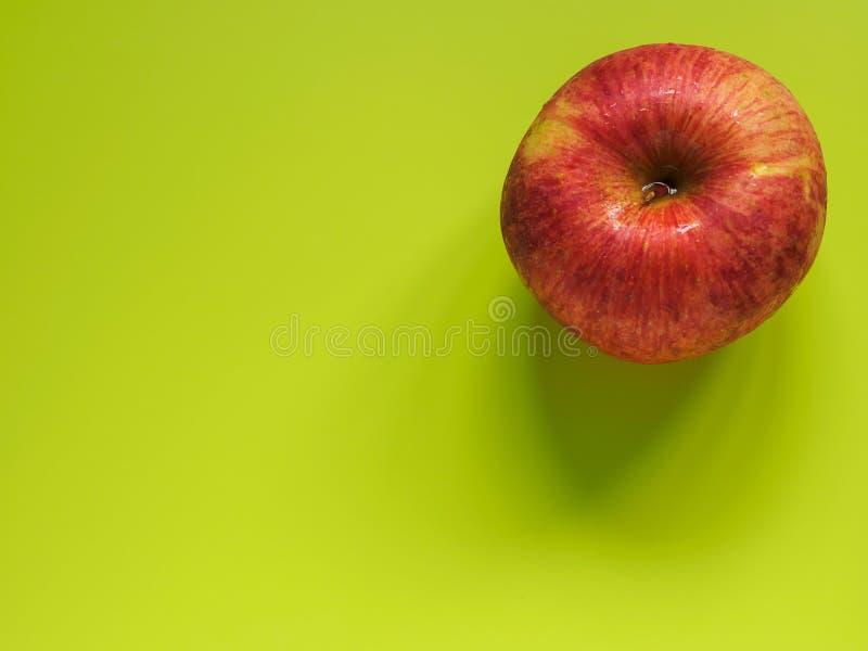 Яблоко в ждать на зеленой поверхности стоковая фотография rf