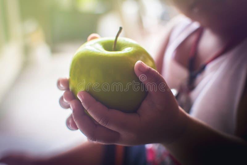 Яблоко в руках детей стоковые фото