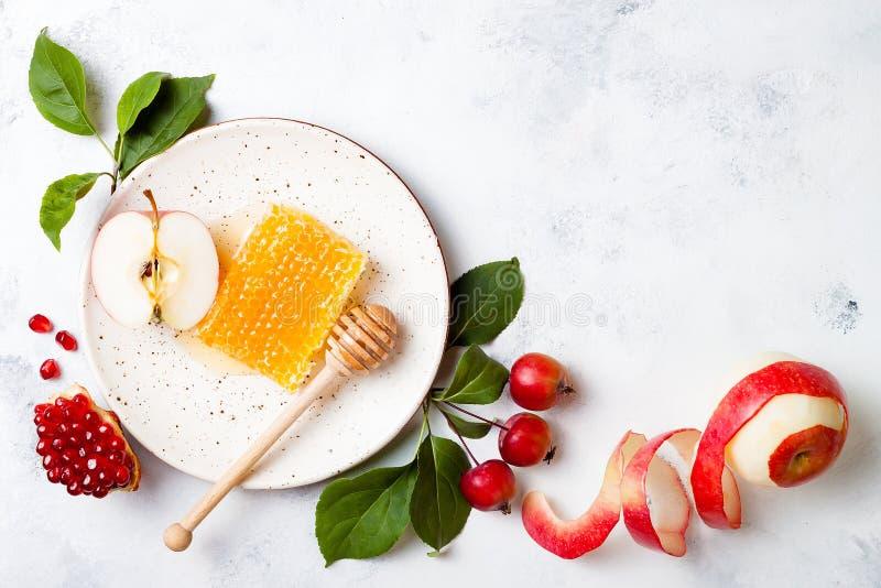Яблоко, гранатовое дерево и мед, традиционная еда еврейского Нового Года - Rosh Hashana стоковое изображение rf