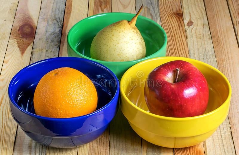 Яблоко, груша и апельсин в еде плит свежей здоровой стоковая фотография