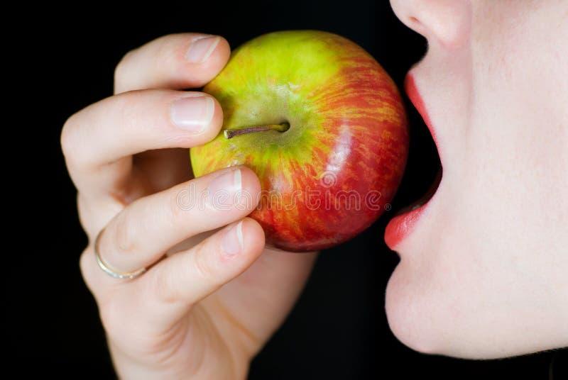 яблоко есть женщину стоковые изображения