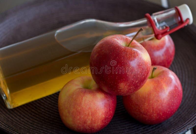 Яблоко и яблочный сок в бутылке стоковое изображение