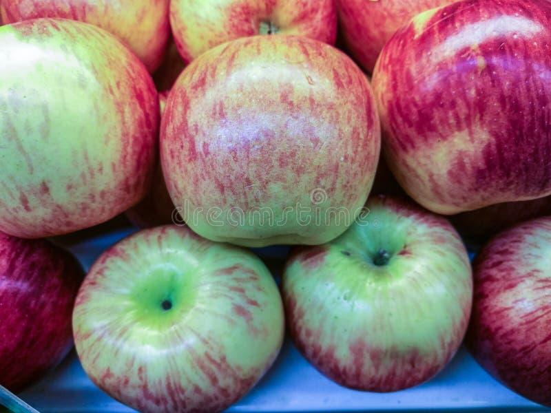 Яблоко на полках ждать продажи к клиентам стоковое фото rf